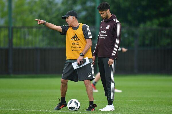 Главный тренер сборной Мексики Хуан Карлос Осорио (слева) и защитник команды Диего Рейес