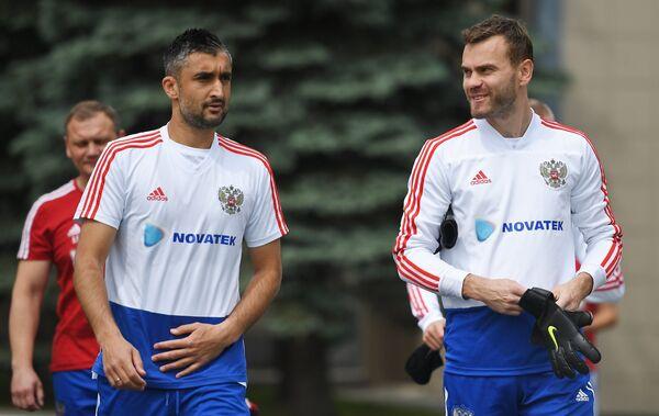 Футболисты сборной России Александр Самедов (слева) и Игорь Акинфеев
