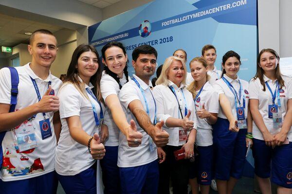 Волонтеры на открытии городского пресс-центра чемпионата мира по футболу в Сочи