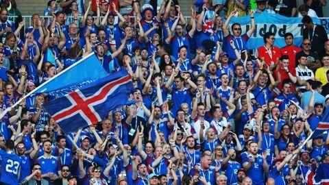 Болельщики сборной Исландии радуются забитому голу