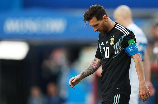 Нападающий сборной Аргентины Лионель Месси после незабитого пенальти