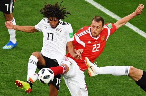 Опорный полузащитник египтян Мохамед эль-Нени и нападающий сборной России Артем Дзюба (Слева направо)