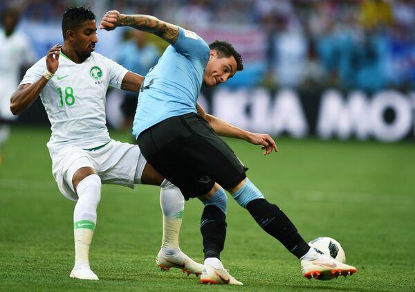 Хавбек сборной Саудовской Аравии Салем Аль-Досари и защитник сборной Уругвая Хосе Хименес (слева направо)