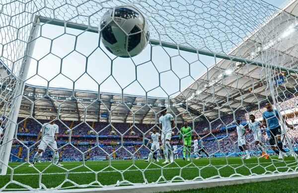 Форвард сборной Уругвай Эдинсон Кавани (справа) радуется забитому голу