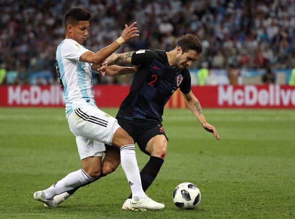 Хавбек сборной Аргентины Максимилиано Меса и защитник сборной Хорватии Шиме Врсалько (слева направо)