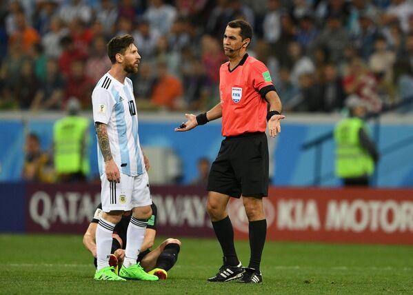 Форвард сборной Аргентины Лионель Месси (слева) и главный судья матча Равшан Ирматов