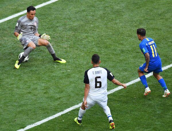 Вратарь сборной Коста-Рики Кейлор Навас (слева)
