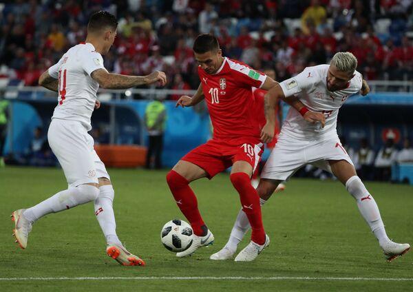 Полузащитник сборной Швейцарии Стивен Цубер, полузащитник сборной Сербии Душан Тадич и хавбек швецарцев Валон Бехрами (Слева направо)