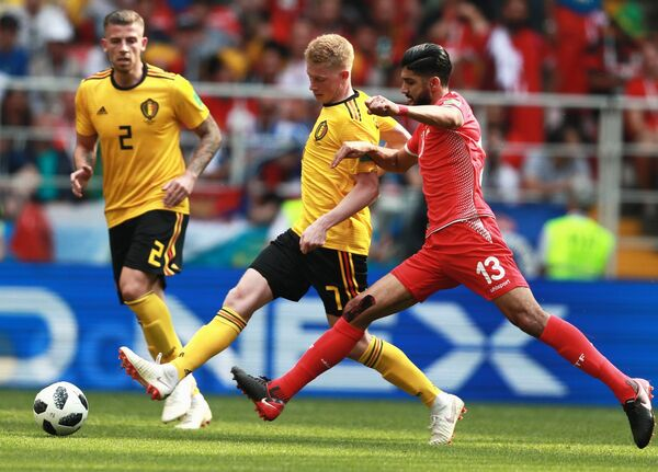 Полузащитник тунисской сборной Ферджани Сасси и футболисты сборной Бельгии Кевин Де Брёйне и Тоби Алдервейрелд (Справа налево)