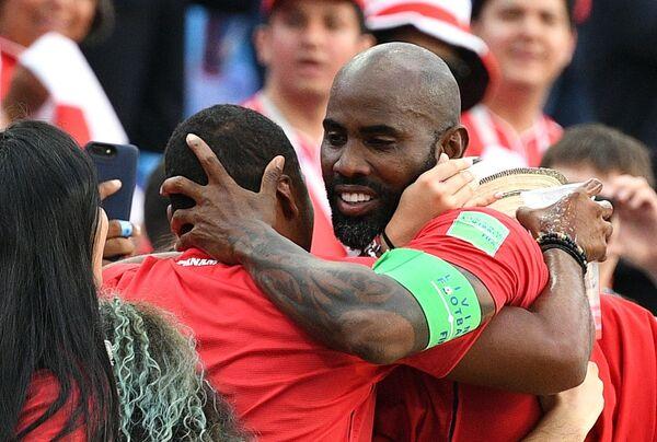 Защитник сборной Панамы Фелипе Балой (справа)