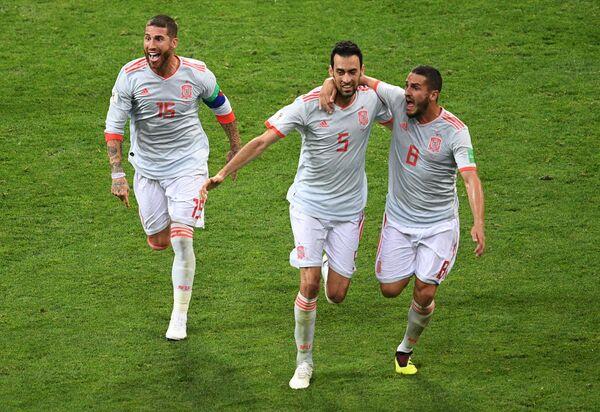 Футболисты сборной Испании Серхио Рамос, Серхио Бускетс и Коке (Слева направо)
