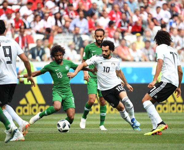 Защитник сборной Саудовской Аравии Яссер Аль-Шахрани и форвард сборной Египта Мохамед Салах (слева направо)