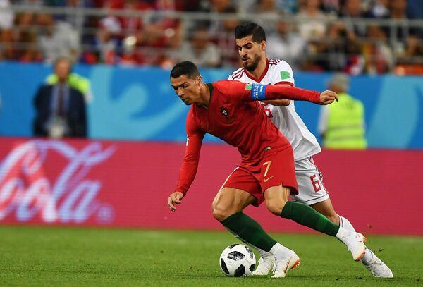 Нападающий сборной Португалии Криштиану Роналду и полузащитник сборной Ирана Саид Эзатолахи (слева направо)