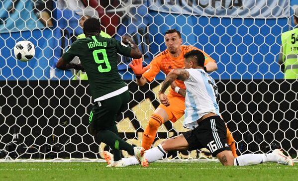 Нападающий нигерийцев Одион Игало, вратарь сборной Аргентины Франко Армани и защитник аргентинцев Маркос Рохо (Слева направо)