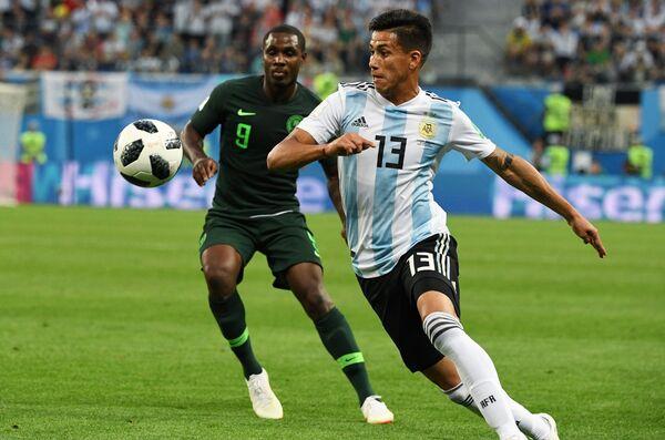 Нападающий сборной Нигерии Одион Игало и полузащитник Аргентины Максимилиано Меса (Слева направо)