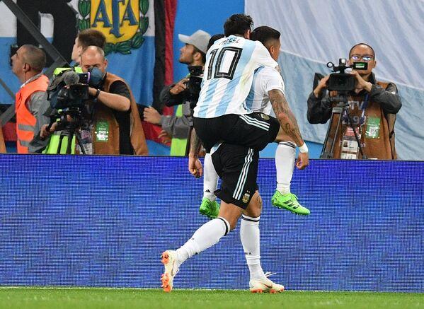 Футболисты сборной Аргентины Лионель Месси и Маркос Рохо (Слева направо)