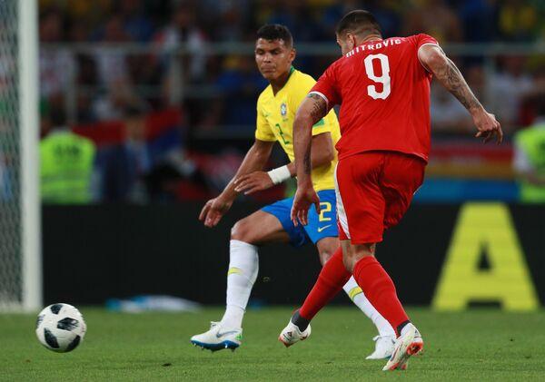 Бразильский защитник Тиаго Силва и сербский нападающий Александар Митрович (Слева направо)