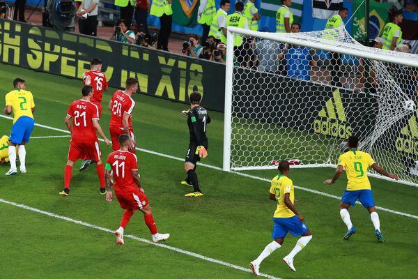 Защитник бразильской сборной Тиаго Силва (слева)