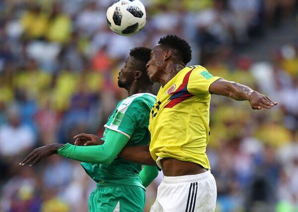 Форвард сборной Сенегала М'бай Ньянг и защитник сборной Колумбии Давинсон Санчес (слева направо)