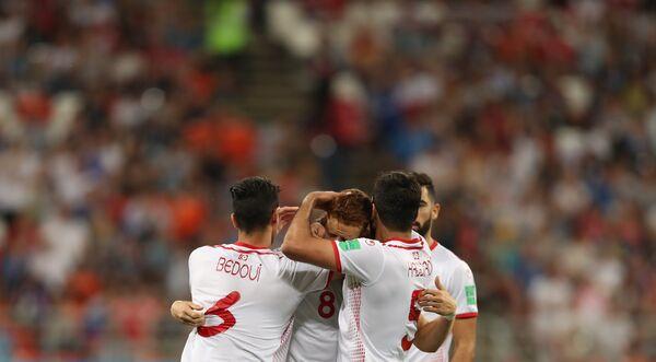 Футболисты сборной Туниса радуются збитому мячу