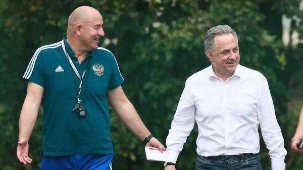 Заместитель председателя правительства РФ Виталий Мутко (справа) и главный тренер сборной России Станислав Черчесов