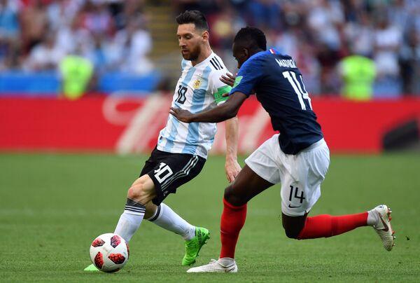 Аргентинский нападающий Лионель Месси и французский полузащитник Блез Матюиди (Слева направо)