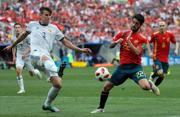 Российский защитник Илья Кутепов и полузащитник сборной Испании Иско (Слева направо)