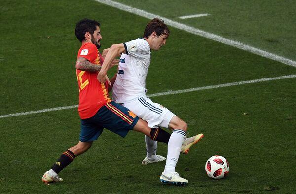 Испанский полузащитник Иско  и защитник сборной России Марио Фернандес (Слева направо)
