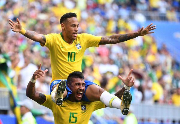 Футболисты сборной Бразилии Неймар и Паулиньо