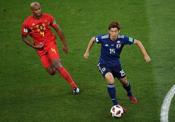 Защитник сборной Бельгии Венсан Компани и японский нападающий Юя Осако (слева направо)
