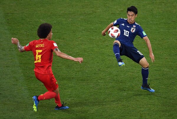 Бельгийский хавбек Аксель Витсель и японский полузащитник Синдзи Кагава (Слева направо)
