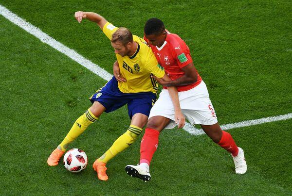 Шведский нападающий Ола Тойвонен и защитник сборной Швейцарии Мануэль Аканджи (слева направо)