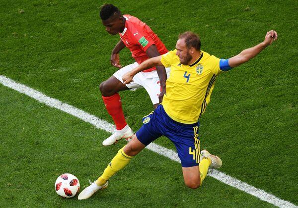 Швейцарский полузащитник Брель Эмболо и защитник шведской сборной Андреас Гранквист (слева направо)