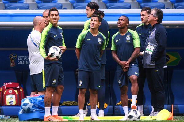 Слева направо: Роберто Фирмино (Бразилия), Тиаго Силва (Бразилия) и Дуглас Коста (Бразилия) на тренировке