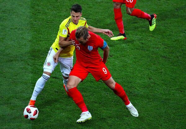 Колумбийский защитник Сантьяго Ариас и нападающий сборной Англии Гарри Кейн (слева направо)