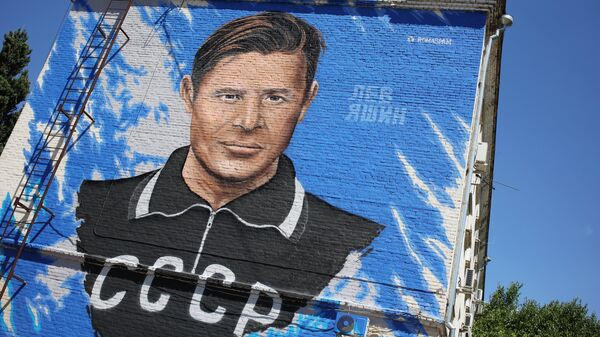 Граффити с изображением советского футболиста Льва Яшина на стене дома в Краснодар
