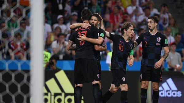 Футболисты сборной Хорватии радуются забитому мячу