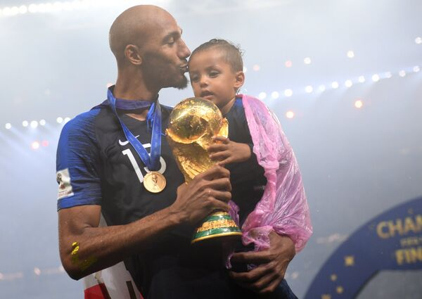 Стивен Нзонзи с сыном