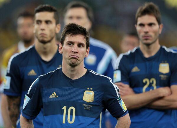 Футболисты сборной Аргентины Лионель Месси (в центре) и Хосе Мария Басанта (справа) после финального матча чемпионата мира-2014