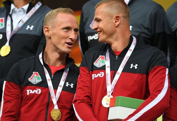 Футболисты Локомотива Владислав Игнатьев (слева) и Дмитрий Тарасов