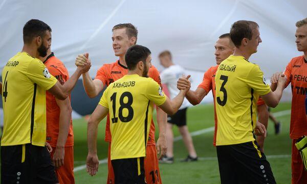 Футболисты Анжи и Урала приветствуют друг друга