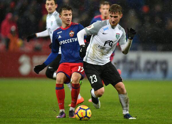 Футболисты ЦСКА Александр Головин (слева) и Тосно Александр Трошечкин