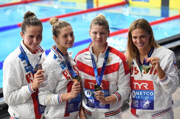 Российские пловчихи Анастасия Фесикова, Светлана Чимрова Мария Каменева и Юлия Ефимова (слева направо)