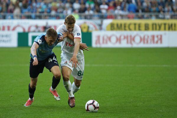 Защитник Крыльев Советов Никита Чичерин (слева) и нападающий Локомотива Михаил Лысов