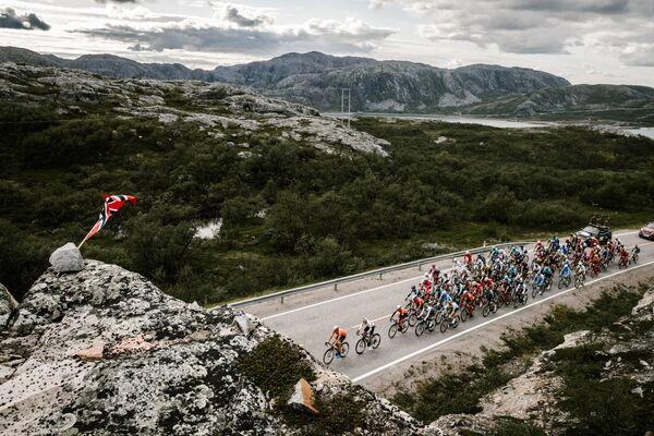 Велогонщики во время Арктической гонки Норвегии