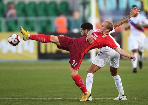 Полузащитник Уфы Дмитрий Сысуев (слева) и защитник Рейнджерс Коннор Голдсон