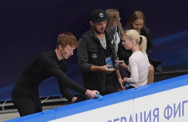 Евгения Тарасова и Владимир Морозов с тренером Максимов Траньковым (в центре)
