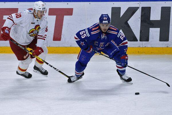 Защитник Йокерита Виктор Лёв и форвард СКА Наиль Якупов (справа)