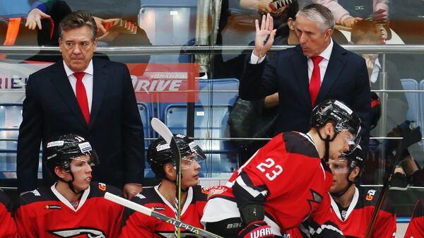 Главный тренер ХК Авангард Боб Хартли (справа на дальнем плане) и тренер ХК Авангард Майкл Пелино