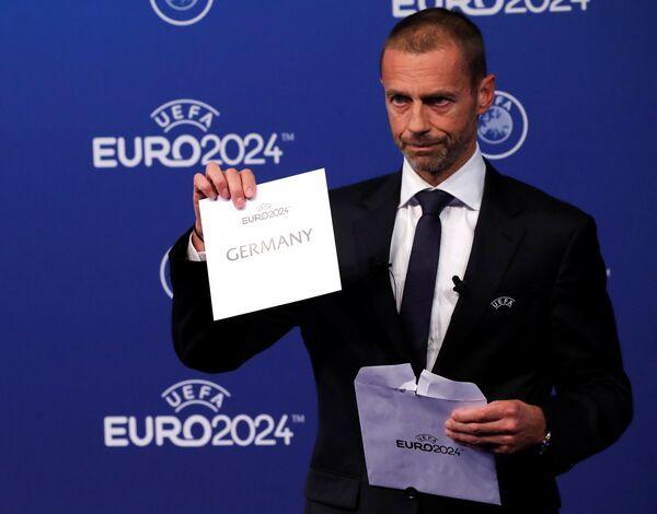 Чеферин достает конверт с надписью Германия